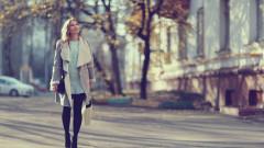 femeie plimbare soare toamna