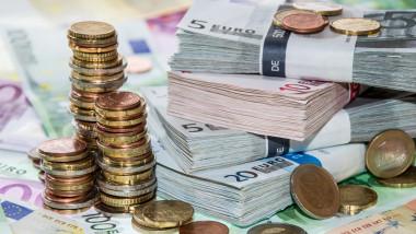 bani euro teanc shutterstock_127466858