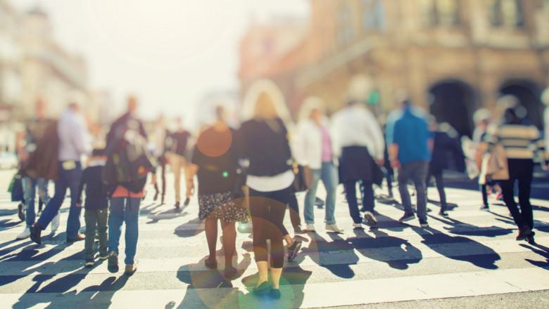 oameni pe strada shutterstock