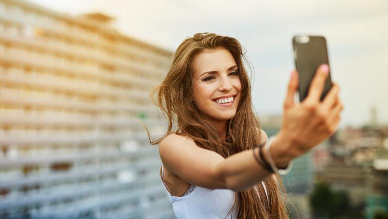 selfie fata tanara