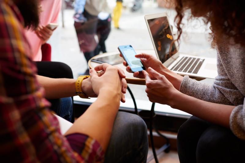 tineri internet telefon laptop