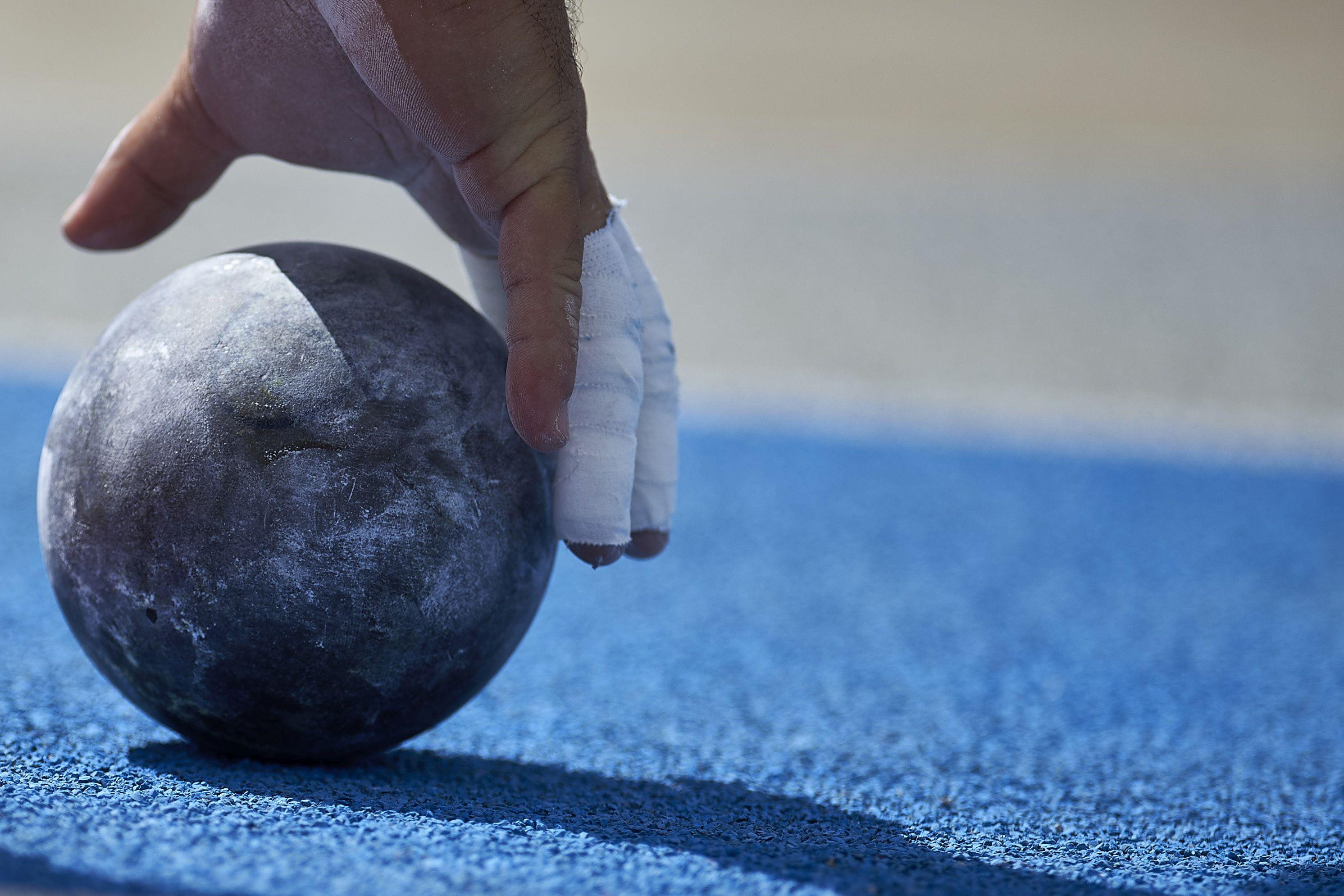 Atletism. Arbitru mort dupa ce bila de la aruncarea greutaţii l-a lovit in piept