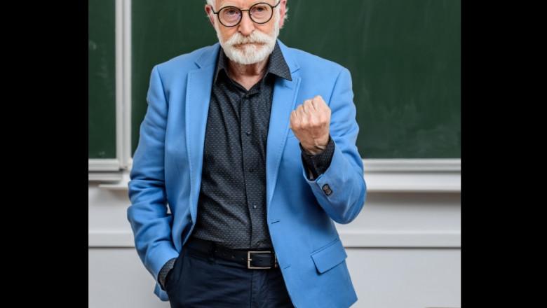 profesor ameninta pumnul - shutterstock