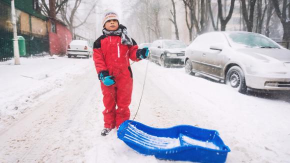 copil ninsoare zapada