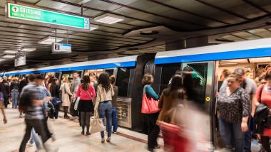 oameni metrou aglomeratie metrorex