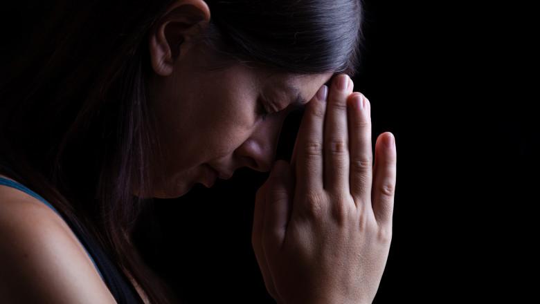 femeie religie se roaga credinta biserica