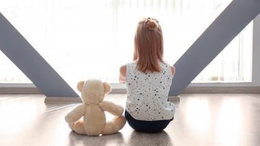 copil fetita autism tristete