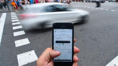 Uber, aplicatii ride sharing, intersectie, zebra, smartphone