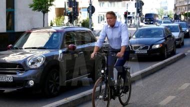 klaus iohannis bicicleta la serviciu_libertatea 1