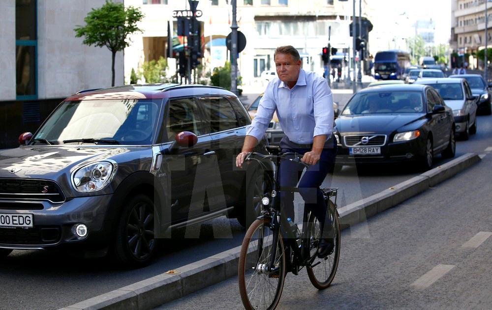 foto-klaus-iohannis-a-mers-cu-bicicleta-la-serviciu