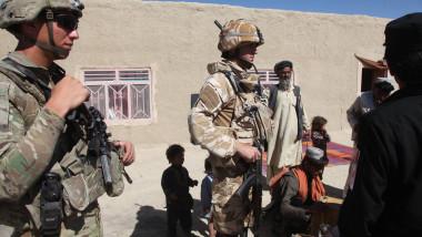 Militari romani Afganistan rechizite copii_Foto Iulian Cadulencu MAPN (3)