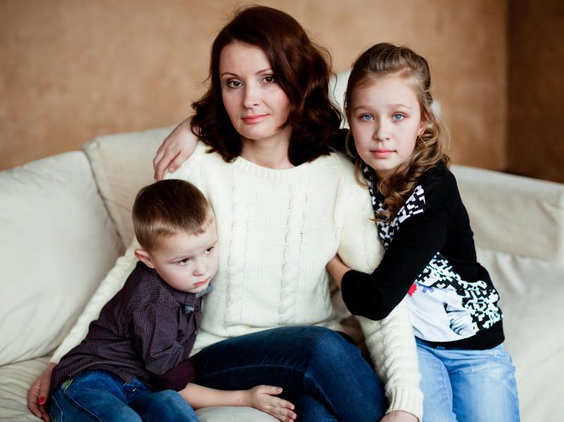 familie monoparentala femeie doi copii_shutterstock_264647693