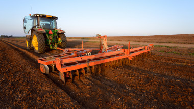 tractor camp teren agricol agricultura camp shutterstock_333199988