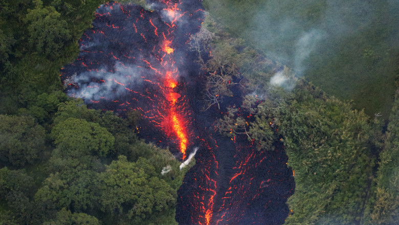 New fissure erupts in Kilauea's east rift zone