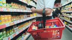 barbat la cumparaturi mancare alimente magazin supermarket_shutterstock_748789180