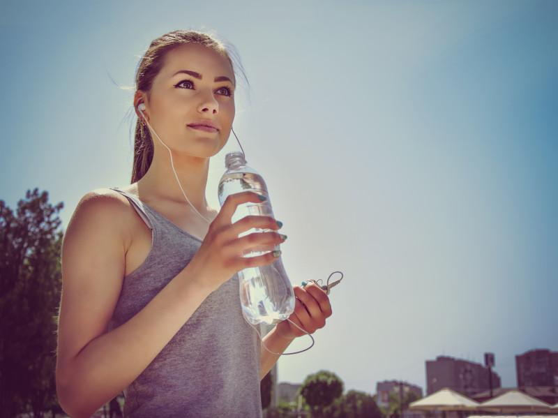 fata bea apa sport hidratare