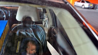 copil bebe;us doarme in masina_shutterstock_143715760