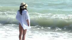 tipa cu picioarele in mare