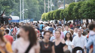 oameni pe strada bucuresti calea victoriei 2018