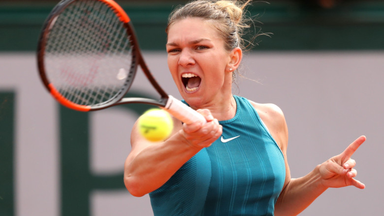 simona halep loveste mingea getty