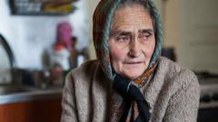 crop pensionara femeie batrana_shutterstock_262455683