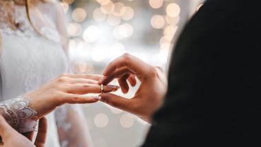 casatorie nunta cuplu verighetashutterstock_589431530