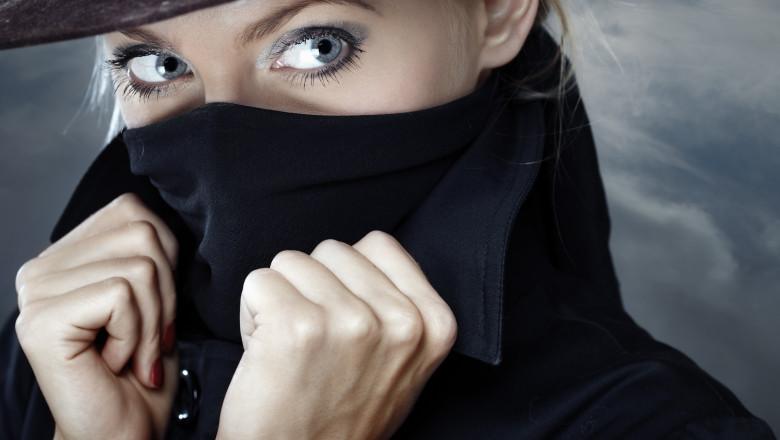 shutterstock_39014683 femeie spion
