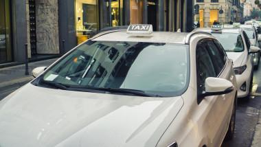 taxiuri milano italia_shutterstock_348574553