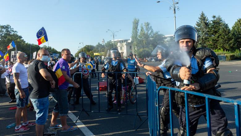 gaz lacrimogen BUCURESTI - PROTEST - DIASPORA - 10 AUGUST