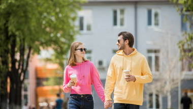 cuplu cafea soare plimbare