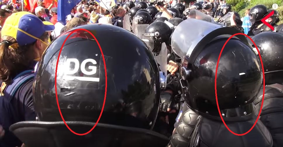 jandarmi-cu-indicativul-de-pe-casca-ascuns-cu-banda-izolatoare-la-protestul-din-10-august