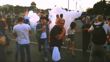grenada cu gaze explozie protest 10 august_Romel Alexandru Birjoveanu