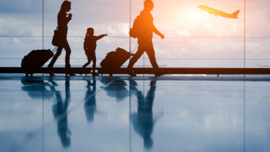tineri familie aeroport plecare shutterstock_298605944