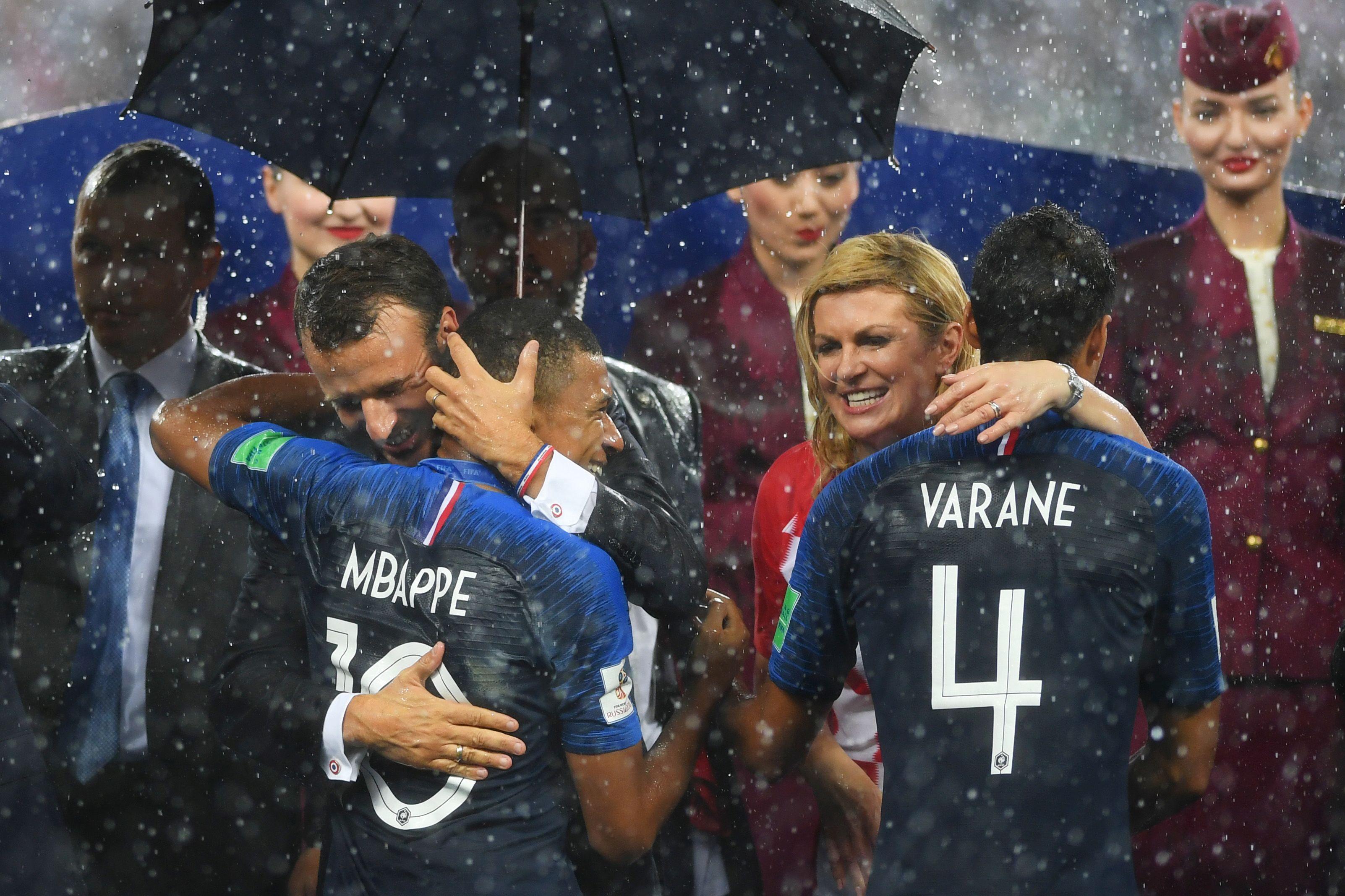 EXCLUSIV. De ce a stat Kolinda Kitarovic in ploaie, fara umbrela, la finala Cupei Mondiale