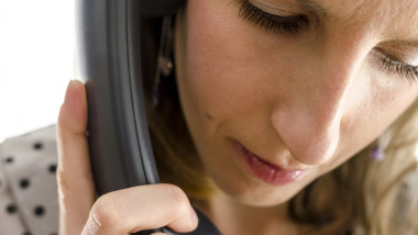 femeie vorbind la telefon
