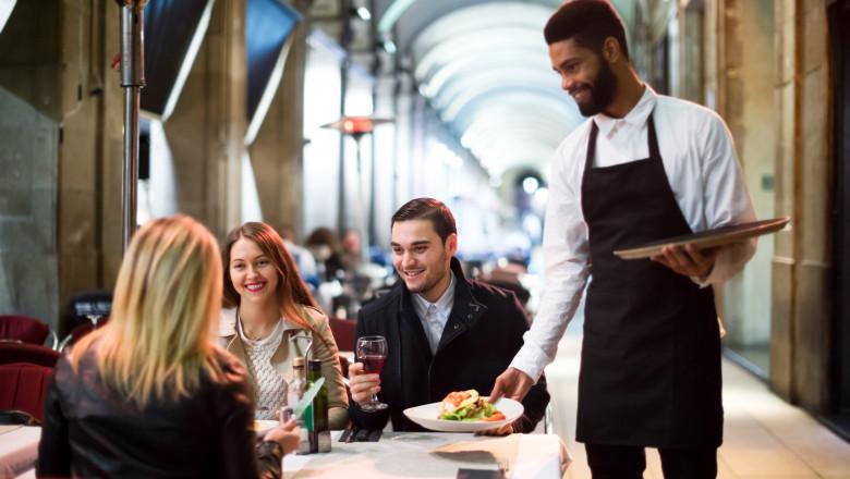 restaurant chelner masa in oras