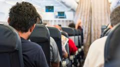 pasageri in avion pe scaune shutterstock_323211614