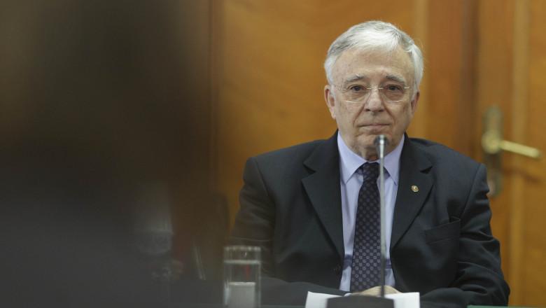 Guvernatorul BNR Mugur Isărescu privește la camera de fotografiat.