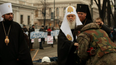 Euromaidan_activist_kisses_the_hand_of_Filaret,_the_Patriarch_of_Kyiv