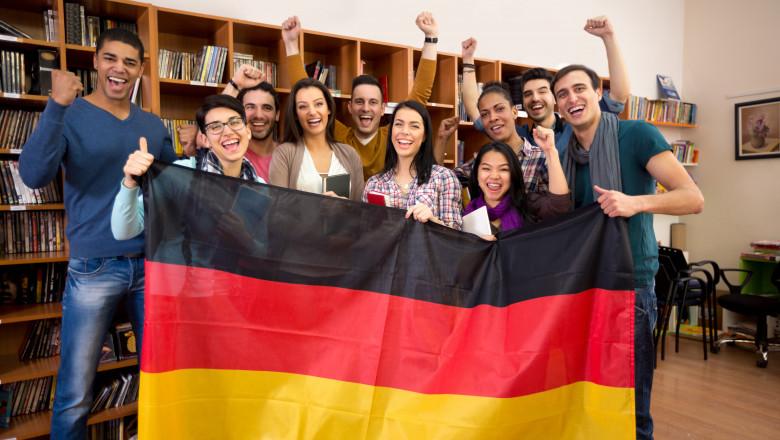 Un grup de studenți cu steagul Germaniei în mână. Foto: Shutterstock