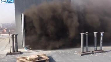 Pompierii intervin la un incendiu izbucnit intr-un bloc de locuinte din Cluj