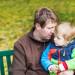 tata copil pe banca in parc familie monoparentala_shutterstock_146769017