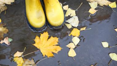 meteo vremea toamna ploaie cizme de cauciuc frunze
