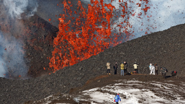 vulcan eruptie lava shutterstock_260457614