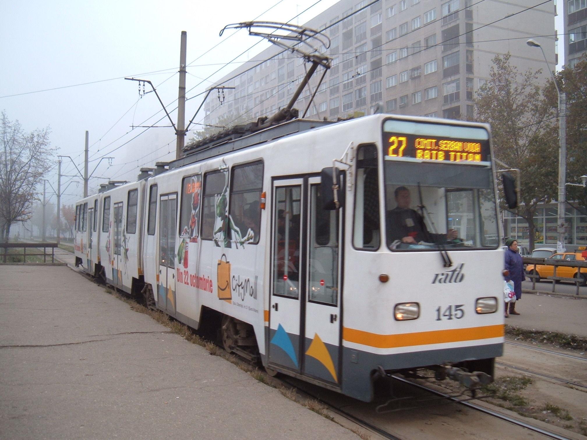 Bărbat accidentat de un tramvai, după ce a căzut de pe refugiu, în staţia Plaza România