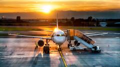 avion pe pista imbarcare shutterstock_107640533