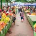 oameni in piata cumparaturi fructe