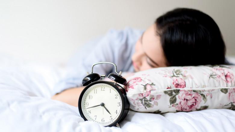 doarme somn ceas dormit shutterstock_384793369