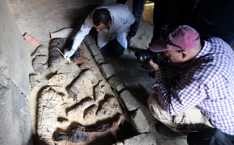 Sapte morminte din timpul faraonilor, descoperite in apropiere de Cairo. Surpriza arheologilor cand le-au deschis