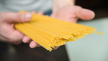 spaghete crude shutterstock_1068194114